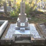 多磨霊園にてお墓の雑草対策と囲い修理、家紋と文字の色入れ直しが完了しました。
