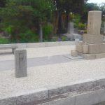都立多磨霊園にて、草止め工事と敷石・拝石の交換、外柵修理などを行いました。高圧洗浄ですっきりときれいに、48㎡の広いお墓
