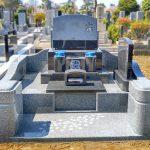 都立多磨霊園にて、インド産黒御影石M10とインド産MD5のお墓を建立。石塔幅2尺3寸、立体的な羽目石のデザインで、存在感のあるお墓