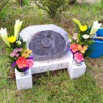 「円相」を彫刻した、インド産マハマブルーとスリランカのお墓。都立小平霊園小型芝生墓地にて