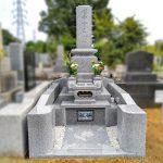 多磨霊園に、カロートに光が差し込むステンドグラスの和型墓石が完成。想いがこもった、上品で優しい印象のお墓