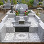 囲いがなく、雑草にお困りだった古いお墓を、シンプルで明るい素敵なお墓へフルリフォーム。多磨霊園にて