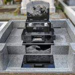 素晴らしい仕上がりの陰彫りが印象に残る、インド産黒御影石MUのお墓。多磨霊園にて